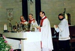 Tijdens de viering van het eeuwfeest van de St. Jacobuskerk in 1990. Links achter het altaar pastor Th. Kool, in het midden Mgr. Philippe Bär, bisschop van Rotterdam en           rechts achter het altaar pastor C.A. Veltman.
