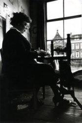 Handweefkledenkunstenares Mies van Rossum aan het spinnewiel in haar atelier aan de Korte Haven 44.