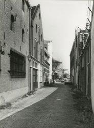 Links het gerestaureerde pand van distilleerderij A. Daalmeyer. Rechts is net de (hoge) voorgevel van de voormalige joodse synagoge herkenbaar (ongeveer tegenover het eerste           pand met puntdak). Op de achtergrond het grote pand van Bols.