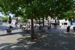 """Vanaf maandag 1 juni, om 12.00 uur, zijn de horeca en terrassen weer open. Maar om verspreiding van het coronavirus te voorkomen is het voorschrift om 1,5 meter afstand van           elkaar te houden ook van toepassing op de terrassen. De gemeente biedt de mogelijkheid voor een tijdelijke uitbreiding van de terrassen tot 1 november 2020. Op de foto het tijdelijk           uitgebreide terras van """"Café 't Vierkantje"""