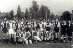 Het politie voetbalelftal S.P.V.S. op het terrein Boshoek (voetbal-, handbal en hockeyterrein naast het Sterrebos). De N.N. spelers zijn tegenstanders. Staand zijn van links           naar rechts te zien: M. Geeratz, N.N., G. van Toorn, G. Mulder, N.N., N.N., N.N., H. Pluijm, N.N., N.N., T. Loomans, C. van Luijk, N.N., N.N., C. Verkaik, N.N., G. Fransen, N.N., en N.N. Op           de onderste rij: D. van der Voorden (gehurkt), N.N., J. van der Loo, N.N., J. van der Wal en N.N. Namenlijst en nummering van personen ook aanwezig in de map aan de balie in de           studiezaal.