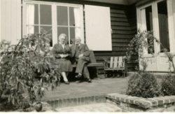 Neeltje en haar broer Arie van der Most. Arie was eigenaar van café restaurant hotel De Kroon.