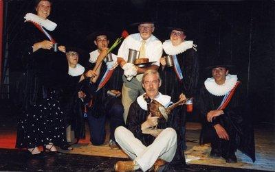 Ter gelegenheid van het afscheid van conrector en docent geschiedenis C.R.J. Smakman op sg Spieringshoek, wordt op 20 juni 2005 de vaksectie geschiedenis in historische           kledij op de foto gezet. V.l.n.r.: ....?...., S.de Greef-Dootjes, B.G. Banning, C.R.J. Smakman, M.den Oudsten-Bontenbal. Vooraan: F.F. Coenen, M.C.J.den Ridder.