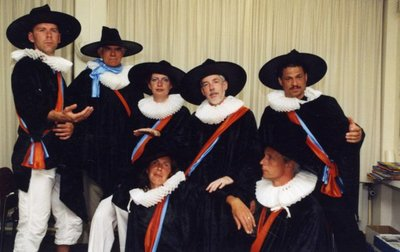 Ter gelegenheid van het afscheid van personeelsleden op sg Spieringshoek, op 20 juni 2005,worden enkele vaksecties in historische kledij op de foto gezet. Dit is de           vaksectie wiskunde. V.l.n.r.: G.van den Heuvel, A. Heijboer, M.Rauhé-Tap, R.W. Poels, D. Everitz. Onder: A.van der Heijde-van der Wal en K. Noordijk.