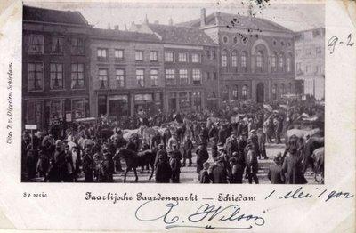 De jaarlijkse paardenmarkt op de Grote Markt, gezien vanuit het Stadhuis. Op de achtergrond rechts, het hoge pand met boogramen en -entree het politiebureau