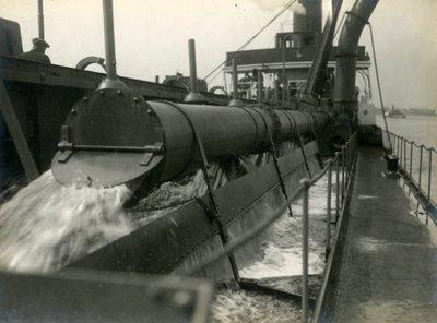 Beproevingen van de Gelderland III. De Gelderland III was 75,5 meter lang, 12,5 meter breed, de holte was 6,1 meter. Het schip had een inhoud van 1250 m³. De zuiger was in           1923 door Gusto gebouwd in opdracht van Ackermans & van Haaren. Bouwnummer 553.