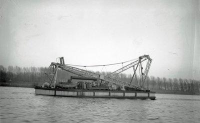 Zijaanzicht van de Colonel Vanniéres (Bnr. 656), een 120/80 drijvende Mastbok, gebouwd in 1931. Fotonummer in het E-depot: 0386-488-007