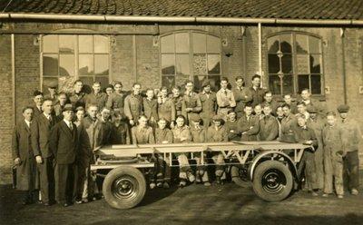 Personeel van de firma Jordaans, gevestigd aan de Hoofdstraat 34-36