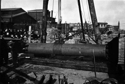 Mogelijk de bouw van een viaduct in Den Haag door Gusto. Gusto heeft het viaduct gebouwd in 1940 in opdracht van gemeentewerken Den Haag. Links kijken kinderen toe op het           bouwproces. Bouwnummer 760.