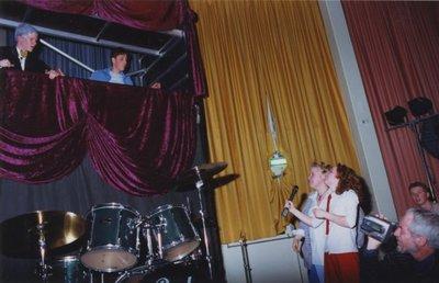 Op Scholengemeenschap Spieringshoek wordt op 29 maart 2001 het jaarlijkse Doorbraakfestival gehouden in de aula van de school. Een culturele avond door de leerlingen. Dit           jaar met het thema: Het moet niet gekker worden. De avond wordt gepresenteerd door vier leerlingen. Boven: Jeroen van Pelt en Peter den Hartog (beide uit 5 Ath.), onder: Monica van           Krimpen en Callista de Sterke (beide uit 4 Havo). Rechtsonder docent R.W. Poels die alles op video vastlegt.