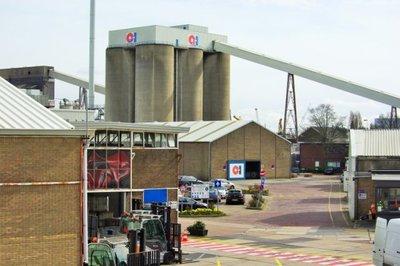 Stakingsdag vijf, gezicht op de O-I glasfabriek. In februari 2017 kwam het bericht dat de glasfabriek in Schiedam zou sluiten. Het personeel kwam in verzet met hulp van de           vakbonden. Er waren protesten en stakingen, maar de fabriek werd uiteindelijk toch gesloten.