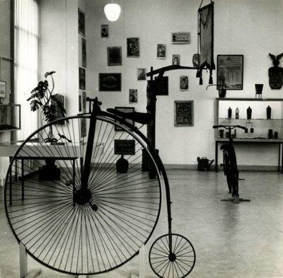 Beeld van de tentoonstelling Ach tijd, waar ben je gebleven in het Stedelijk Museum Schiedam, waarbij het museum zijn historisch bezit toont.