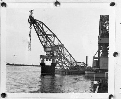 Zijaanzicht van de Atlas (Bnr. 672), een 520/150 tons drijvende bok dat is gebouwd door Werf Gusto, Firma A.F. Smulders, bestemd voor Algiers. Fotonummer in het E-depot:           0386-482-006