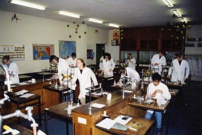 Scheikundeles in het practicumlokaal op s.g. Spieringshoek op 13 maart 2001. Leerlingen doen proeven. Lokaal 30 of 40.