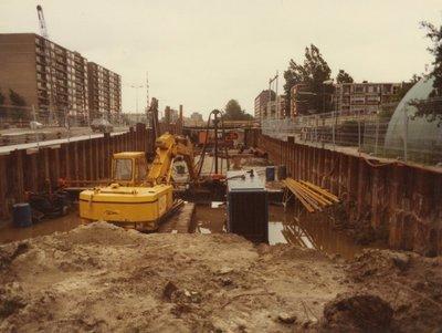 De aanleg van de tunnel in de Nieuwe Damlaan onder de spoorbaan bij NS-station Nieuwland.