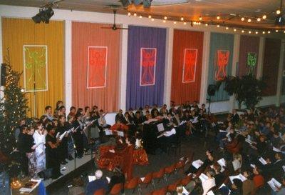 Op Scholengemeenschap Spieringshoek wordt op de avond van 16 december 1998 het Kerstfeest voor ouders en genodigden gevierd in de aula van de school. Een voor deze           gelegenheid samengesteld leeringenkoor zingt.