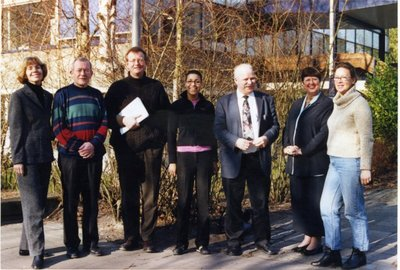 De vaksectie Engels van sg. Spieringshoek voor de ingang van de school. V.l.n.r. A.M. Meijer-van Schijndel, G. Storm, P.T.M.van der Hoeven, P.C.A.van Bers, B.G.W.van den           Enden, E.C. Hollemans-Heetman, J.A. Kok-van Haasteren.