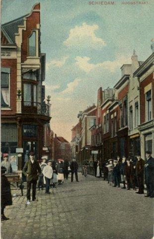 Links de Koemarkt en rechts de Hoogstraat. De belangstelling voor de fotograaf die op de Koemarkt staat, is groot!