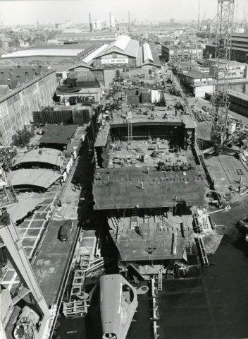 De bouw van het boorschip Petrel op de werf van IHC Gusto. Het schip kon zonder hulp van ankers naar olie en gas boren. De Petrel is op 6 september 1975 te water gelaten en           de doop is verricht door mevrouw Didier, de vrouw van de directeur van ELF uit Parijs. Het schip heeft 140 miljoen gulden gekost. Bouwnummer 947.