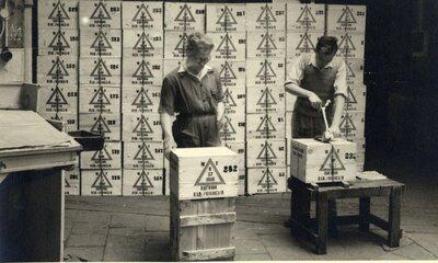De kisten met flessen Whisky worden verzegeld voor transport distilleerderij N.V. J. van der Valk & Co aan de Lekstraat.