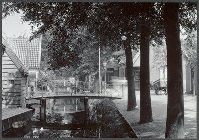 Koog aan de Zaan Lagendijk Brug naar Boschjesstraat, rechts de voormalige tapperij 'de Korendrager' (gesloopt voor ingang Schipperslaan (bijgenaamd           Stinkpad)