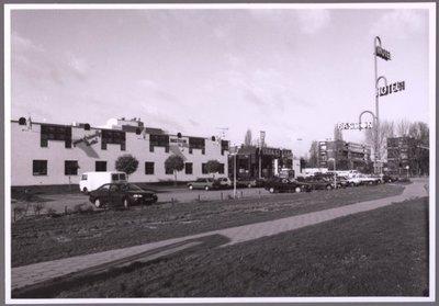 Zaandam. Piet Lieftinckweg. Links het Bastion Hotel. Pieter (Piet) Lieftinck (1902-1989) was een Nederlands ambtenaar, bestuurder, hoogleraar en politicus. Na de oorlog werd           Lieftinck minister van financiën in de kabinetten Schermerhorn-Drees, Drees-Van Schaik en kabinet Drees. Lieftinck behoorde voor de oorlog tot de linkervleugel van de           Christelijk-Historische Unie maar vertrok in 1946 naar de Partij van de Arbeid. In 1971 verruilde hij deze voor Democratisch Socialisten '70.