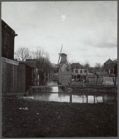 Zaagselpad te Zaandijk. Gezicht van west naar oost. Op de achtergrond korenmolen De Bleeke Dood. Het Zaagselpad was, als alle andere paden aan de Zaan, een kleine           gemeenschap die lief en leed deelde. Er was ook wel eens gekrakeel, de huisjes waren klein en ook gehorig. Het leven van de buren was geen gesloten boek, men wist alles van elkaar. Op het           Zaagselpad woonden van 1768 tot 1792: Cornelis van de Stadt, Simon Mooy, Jurriaan Gorter, Jan Schouten, Klaas Leegwater, Dirk Krom, Dirk en Pieter Nota, Cornelis Heertjes, Cornelis Schoen,           Pieter Potas, Jan Bont, Cornelis Betlem, Willem Pet, Jan Gorter, Jan Wezel, Jan Swart, Frans Heijn, Gijsbert Keyser, Klaas Goverts, Aart Sak, Cornelis Kortenaer, Jacob Bakker, Evert Kas,           Klaas Bruijn en Hendrik van de Berg.