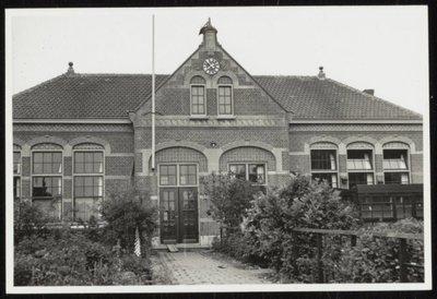 Westzaan. Zuideinde. De Zuiderschool werd omstreeks 1880 gebouwd. De twee bogen met deuren in het midden waren eerst poortjes met deuren er achter. Voor 1925 werden zij           dicht gemetseld.