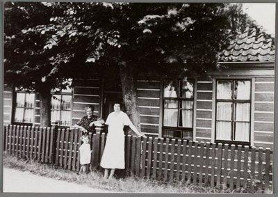 Assendelft Nauerna Het huis van W. Swart tussen ca. 1930 en 1938, het is verbrandt in februari 1940. Op de foto opoe, tante Sieuw en Alie. 24 februari 1940 was er op           zaterdagavond te kwart voor elf brand te Nauerna in perceel 37, bewoond door de gezinnen Riemersma en Valstar. Het gebouw was van hout en ging geheel verloren. Er werd met vier stralen           water gegeven, waardoor de belendingen konden worden gered. Om twee uur rukte de brandweer weer in.