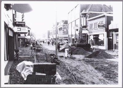 Zaandam. Westzijde. Renovatie Westzijde. Links het pand van Schipper Naaimachines, rechts het pand van Edison.