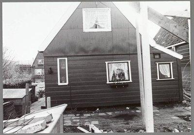 Zaandijk. Domineestuin. In het begin van de jaren zeventig ontwikkelde de gemeente Zaandijk plannen om de paar resterende huisjes van de Domineestuin te slopen en de sloten           te dempen. Er zouden dan woningen gebouwd worden. Er stonden nog maar een paar huisjes, en die waren slecht. De naam Domineestuin komt van dominee Jacob Borstius die op deze plaats begon           met een tuin. Het was vroeger een echt volksbuurtje tussen de twee sloten in, waar armoede werd geleden en waar men elkaar hielp bij ziekte en nooddruft.