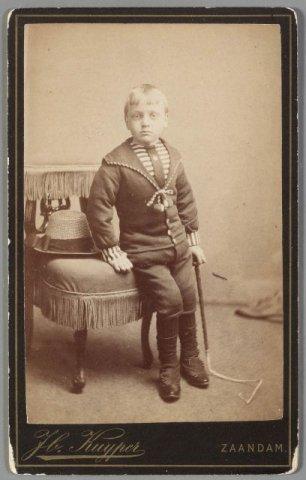 Zaandam. Portret van onbekend kind. Fotograaf Jb. Kuijper te Zaandam.
