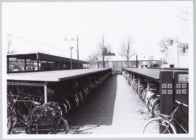 Krommenie. Provincialeweg. Fietsenstalling bij het treinstation.