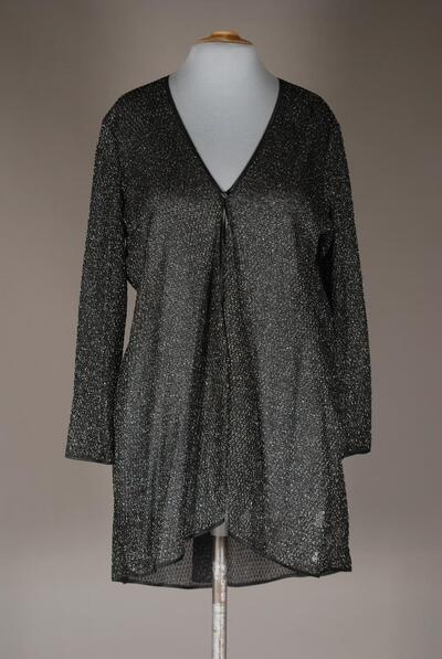 Kurzer Morgenrock (Jacke), schwarz-silber, langarm, bis auf einen Knopf vorne offen, vordere Saumkante mittig zulaufend, halbtransparenter Lurex-Strick, für Damen