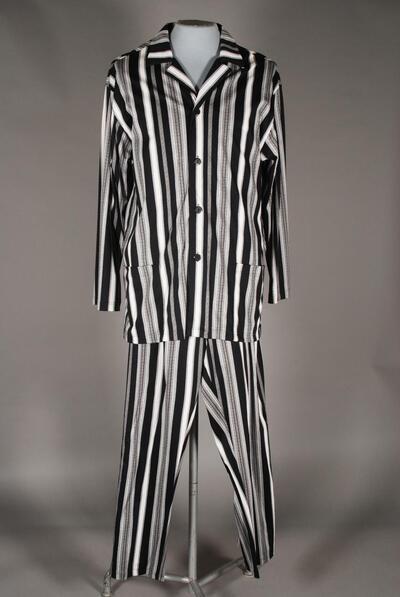 Langer Schlafanzug, elastisch, weit, Reverskragen, durchgeknöpft, Taschen, schwarz-weiss gestreift mit Mäandermuster, für Herren