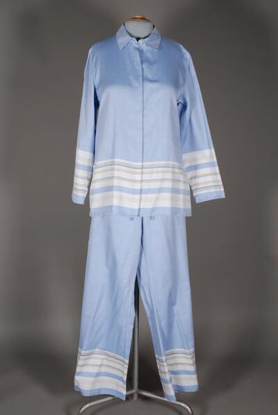 Schlafanzug, blau (mehrfarbig), Oberteil langarm, Kragen mit durchgehender, überdeckter Verschlusspatte mit sechs Knöpfen, Hose lang, weit, aus dichtem Webstoff, für Damen