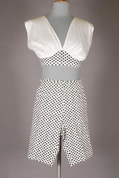 Bauchfreies Oberteil (Top), weiss, schwarz gepunkteter Bund, mit kurzer Hose, für Damen