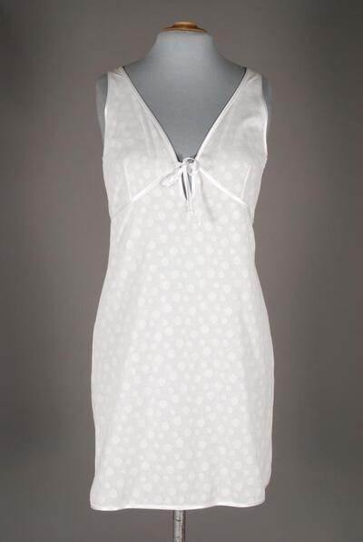 Träger-Nachthemd (Nightdress), weiss, Tupfen-Dessin, knapp knielang, tiefes Decolleté, angenähte Büste, Atlasmasche, für Damen