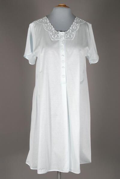 Hellblaues Nachthemd, gerundete Spitze mit Blütenmotiv am runden Ausschnitt, lange Knopfleiste mit kleinen Blüten, kurzarm, knielang, für Damen