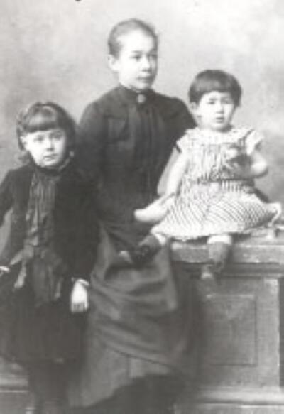 Fotografie | Frau Sidler mit zwei Kindern