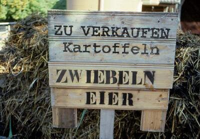 Fotografie (Dia) | Verkaufsschild beim Bauernhof