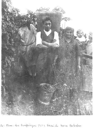 Familie des Briefträgers Fritz Scheider beim Herbsten