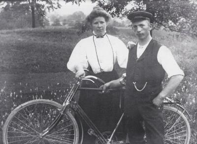 1909 Alb. Schneider Briefträger (Schneider- Weisskopf) und Schwester Anna