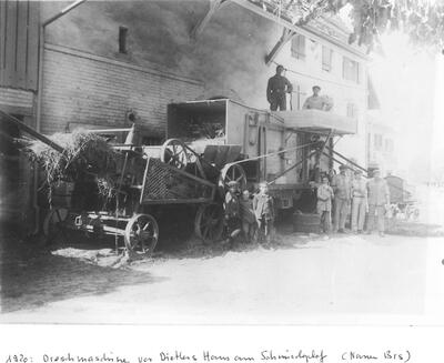 Dreschmaschine vor dem Dietler-Haus am Schmiedeplatz
