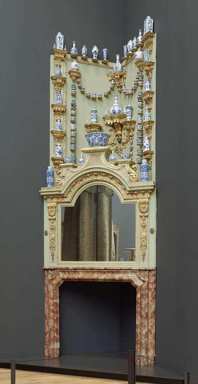 Corner chimneypiece