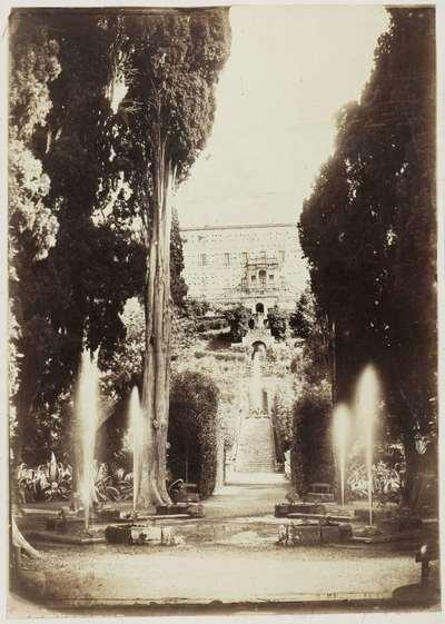 Gezicht op de tuin en fonteinen van Villa d'Este in Tivoli bij Rome