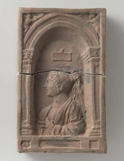 Baksteen waarop in reliëf een vrouwenbuste binnen een vensternis