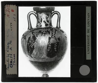 Oud-Grieks aardewerk. Kleophrades painter. Amfora Dionysos en Maenaden. Vooraanzicht van de vaas