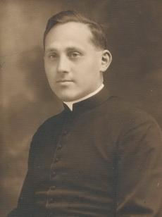 Fiatal katolikus pap