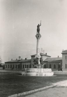 Püspök-kút a vasútállomásnál